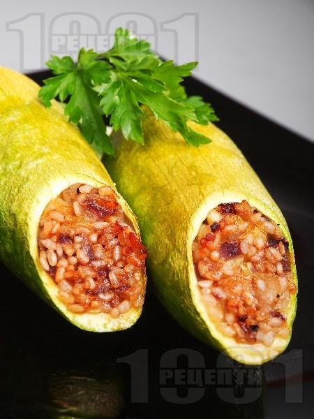 Пълнени тиквички по ориенталски с ориз и шам фъстък на фурна - снимка на рецептата
